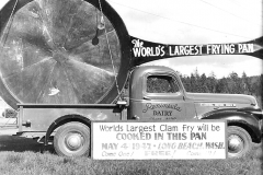1947 World's Largest Clam Pan